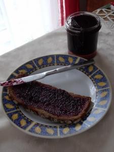 Blackberry jam with lemon balm