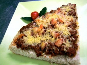 Flatbread pizza with minced meat