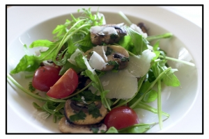 Mushroom salad with ham and arugula