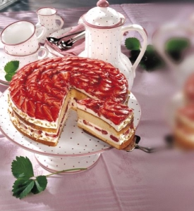Strawberry yogurt cake with cream cheese cream