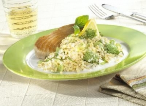 Tuna steak with precooked wheat grains