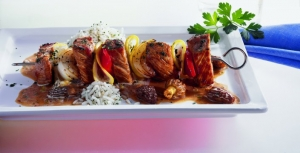Veal skewers with creamy morel sauce