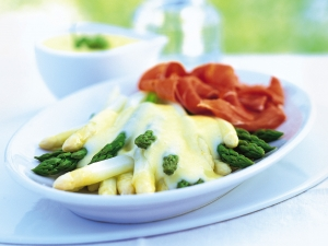 Asparagus-with-hollandaise-sauce-and-potatoes