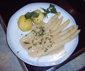 Asparagus-with-hollandaise-sauce-false