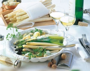 White-and-green-asparagus-with-herbed-bchamel-potatoes