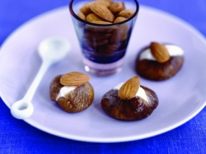 Figs stuffed with almonds and cream cheese