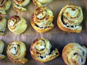 Pizza snails with herb cream cheese and feta cream