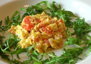 Scrambled egg on arugula salad