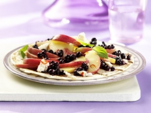 Spicy tortilla with blueberries