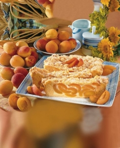 Apricot-pie-with-streusel